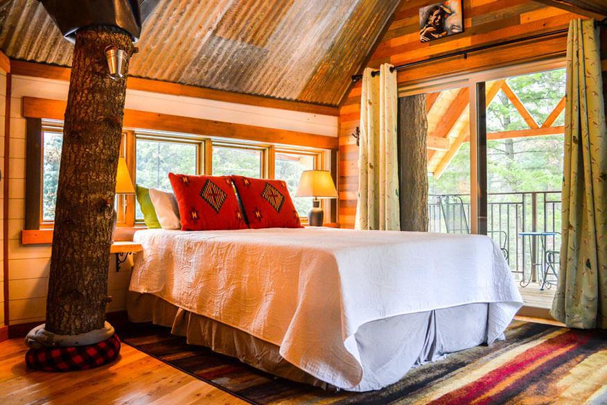 Montana Treehouse Retreat Schlafbereich mit Doppelbett