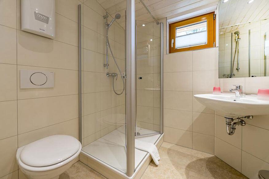 Aerzener Baumhaushotel Waldquelle Badezimmer